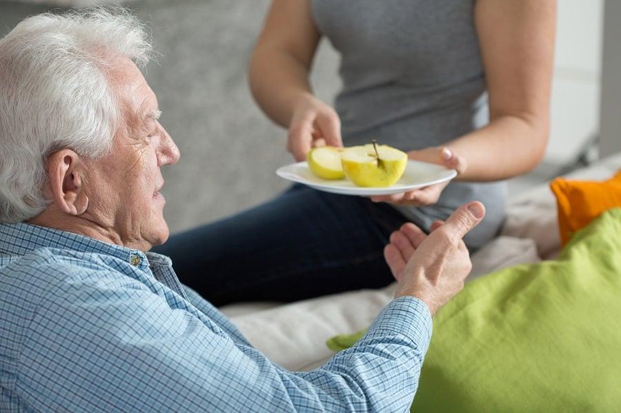 Jedzenie a odżywianie, czyli ważne różnice między ilością a jakością, które musisz znać po pięćdziesiątce.