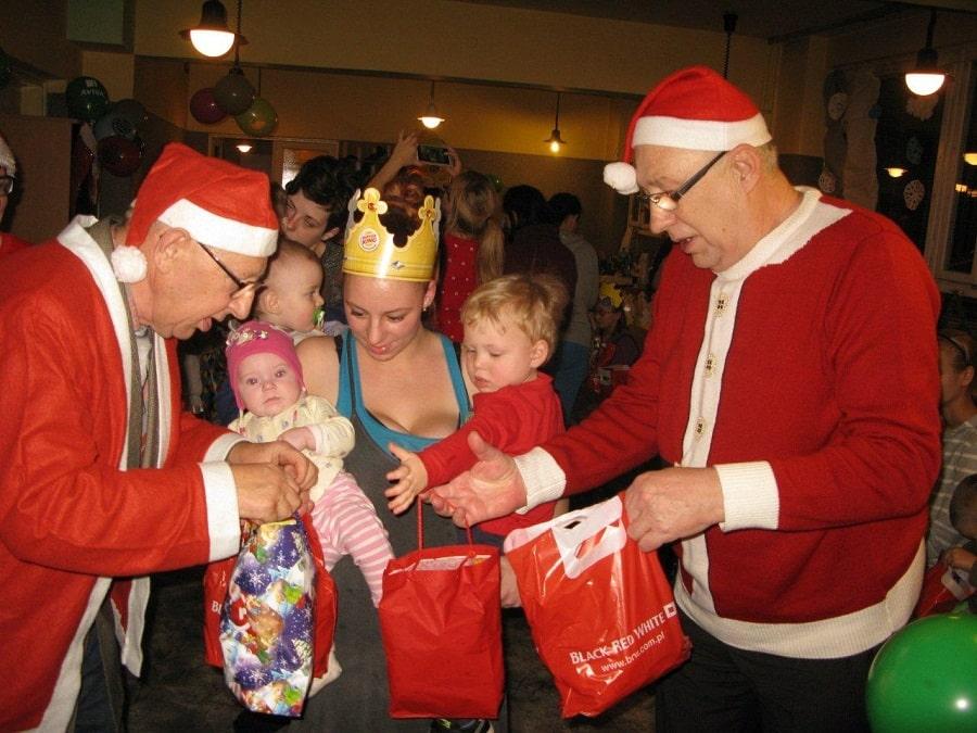 Seniorzy w roli Świętych Mikołajów