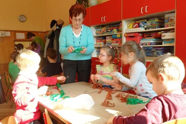 seniorzy w trakcie zajęć z dziećmi w ramach projektu Miasto Pokoleń nr 50_aut. o-CAL-eni