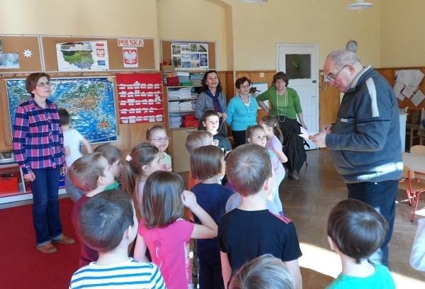 seniorzy w trakcie zajęć z dziećmi w ramach projektu Miasto Pokoleń