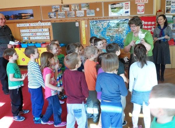 seniorzy w trakcie zajęć z dziećmi w ramach projektu Miasto Pokoleńnr 50_aut. o-CAL-eni