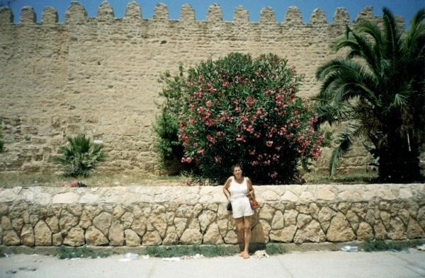 Mury Mediny. W tle wspaniały oleander