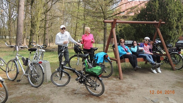 seniorzy na rajdzie rowerowym