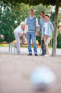 Seniorzy gra w bule