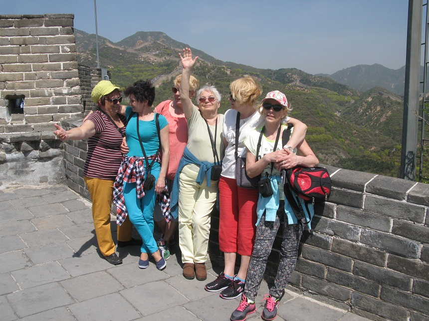 Grupa seniorów na Wielkim Murze Chińskim. Zdaniem przewodnika jest nieprawdą, że budowlę widać z kosmosu