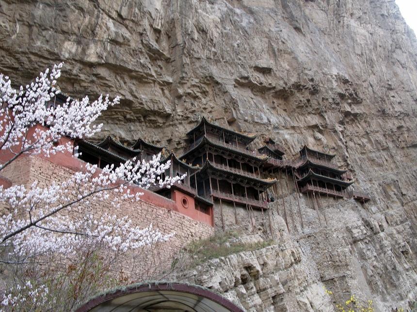 Wycieczka do klasztoru założonego w VI wieku, zbudowanego nad wąwozem Jinlong na pionowo wznoszących się blokach skalnych.