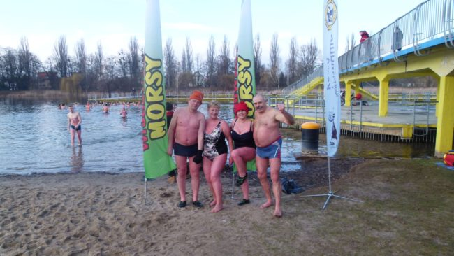 Wrocławscy seniorzy na spotkaniu Wrocławskich Morsów na kąpielisku Morskie Oko