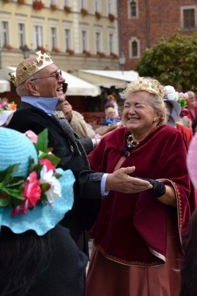 Przyłapani na dobrej zabawie. Marsz Kapeluszy 2017. Walentyna Wnuk - królowa seniorów z Królem Jerzym Sosnowskim.