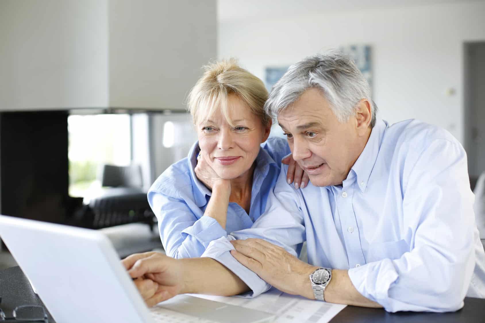 Seniorzy na zakupach w sieci