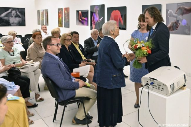 Uroczyste zakończenie roku akademickiego Sopockiego Uniwersytetu Trzeciego Wieku, kwiaty dla najstarszej 98 letniej (fot. Jurek Bartkowski/FotobankPL/UMS)