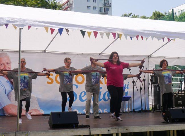 Pokaz gimnastyki podczas festynu na boisku przy Domu Pomocy Społecznej w Sopocie