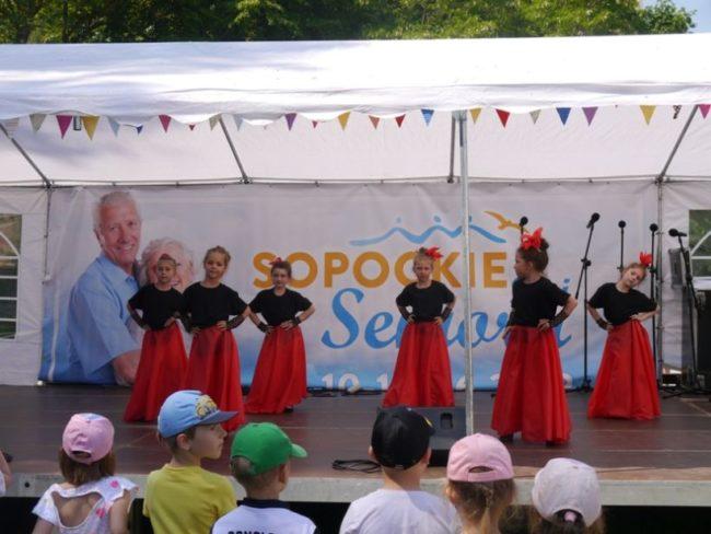Występ przedszkolaków podczas festynu na boisku przy Domu Pomocy Społecznej w Sopocie