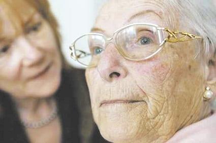 seniorin mit tochter,betreuung