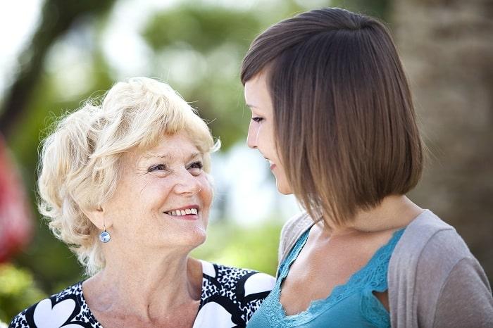 Nonna e nipote che sorrridono