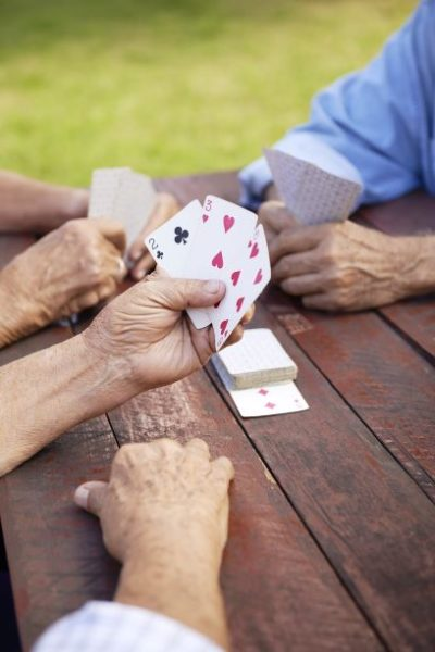 Dobre gry dla seniorów to np. karty