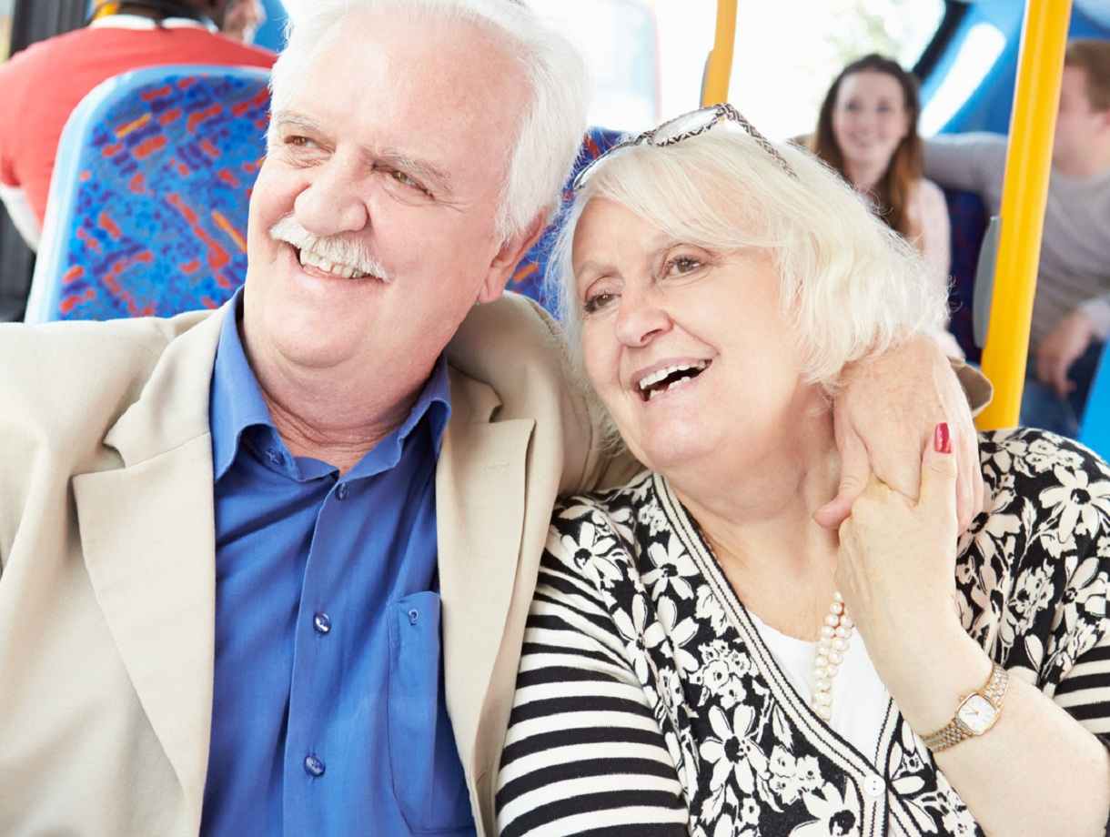 Senior w podróży – przewodnik po zniżkach na bilety i nie tylko