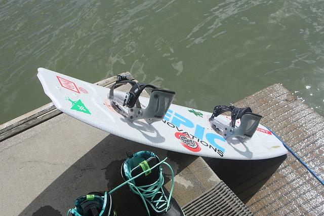 Woda, deska i skok na przeszkodę. Sekrety wakeboardingu.