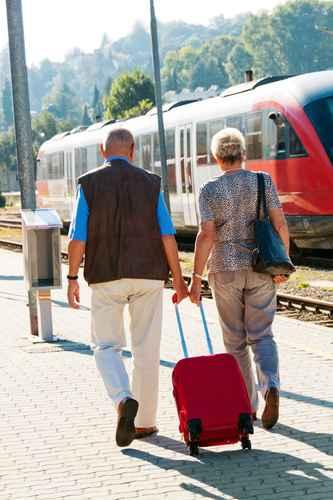 lteres Senioren Paar am Bahnhof