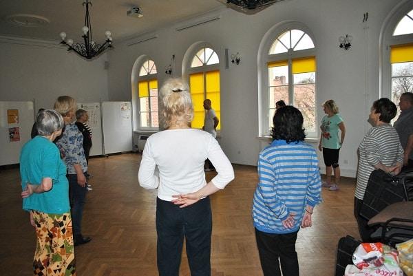 seniorzy ćwiczą we Wrocławskim Centrum Seniora