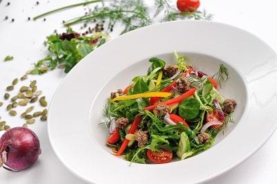 salata z pulpecikami Sokolow