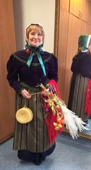 Seniorka w kostiumie Dolnoślązaczki