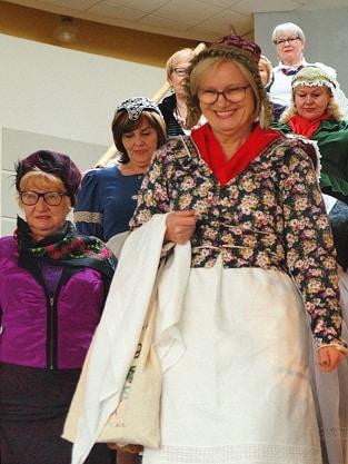 Seniorki prezentują dolnośląskie stroje