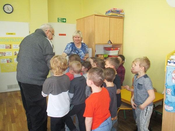 seniorzy w trakcie zajęć z dziećmi w ramach projektu Miasto Pokoleńnr 119_aut. Justyna Napiórkowska