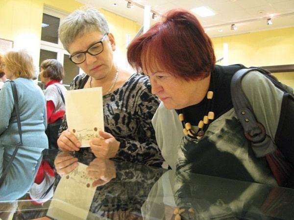 Seniorzy na wystawie w Archiwum Bydgoskim