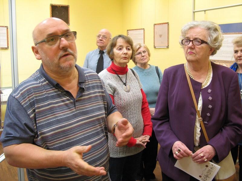 Seniorzy na wystawie z okazji rocznicy chrztu Polski