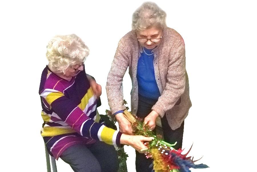 Seniorki przygotowują palmę wielkanocną