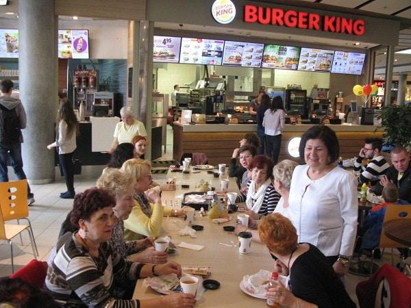 seniorzy w Burger King