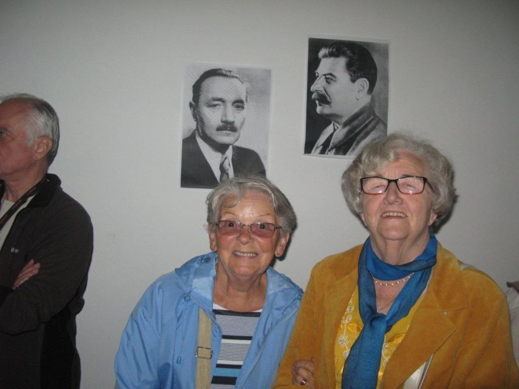 Seniorzy w schronie przeciwatomowym