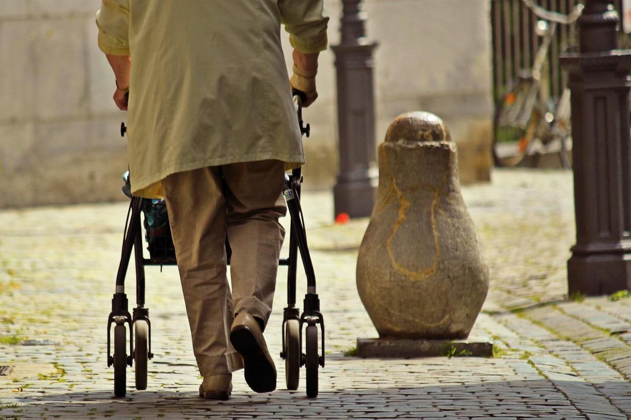 Bezpieczny senior – seniorzy nadal oddają pieniądze nieznajomym ludziom