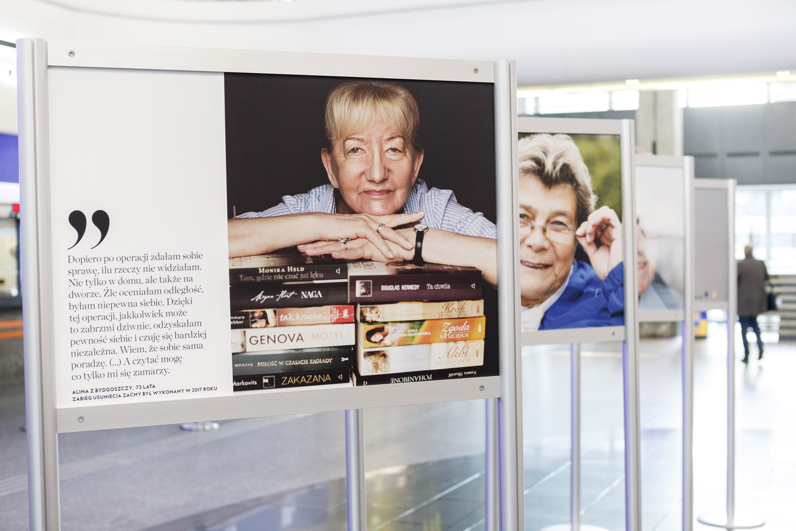 Zdjęcie wystawy – pacjenci po operacji zaćmy
