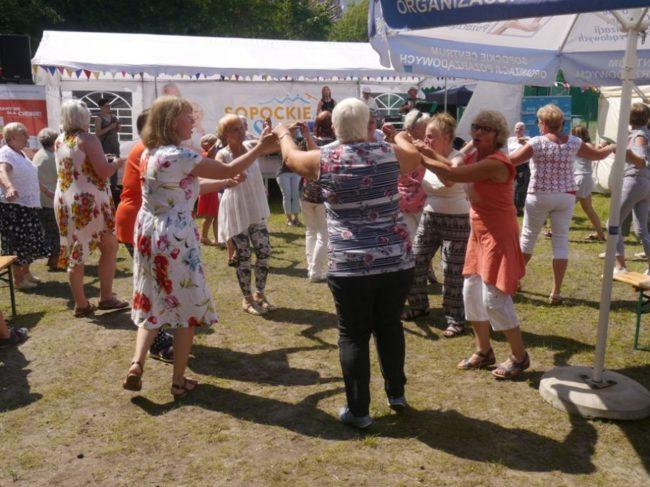 Potańcówka podczas festynu na boisku przy Domu Pomocy Społecznej w Sopocie