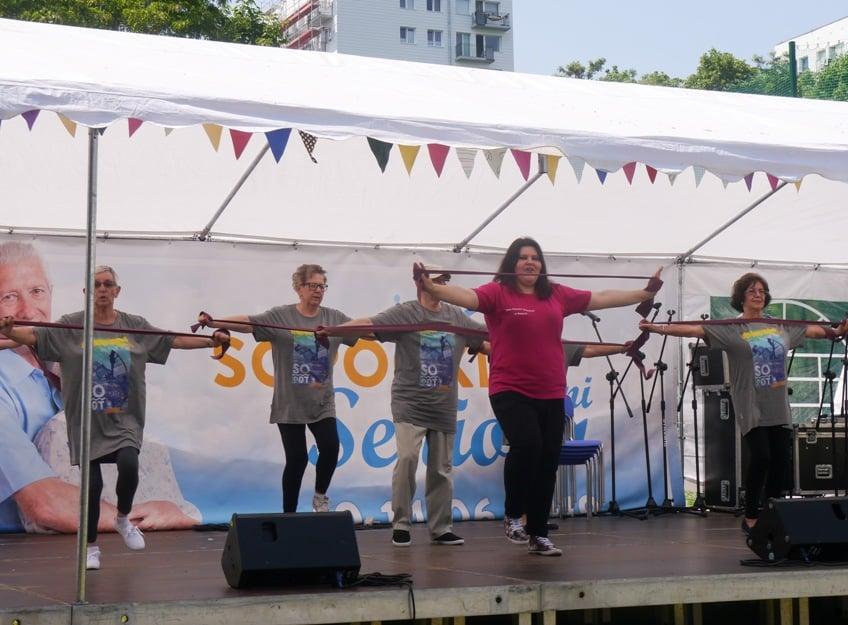 27. Pokaz gimnastyki podczas festynu na boisku przy Domu Pomocy Społecznej w Sopocie