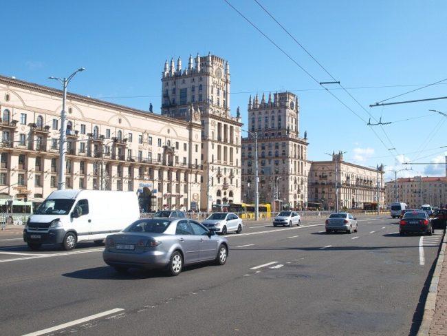 Widok z Dworca Głównego na Plac Przydworcowy. Architektura ta nazywana jest Bramą Mińska. To dwumilionowe miasto tym różni się od naszych polskich miast gdzie osiedla mieszkaniowe zabudowane są kompleksami identycznych bloków czteropiętrowych, że w Mińsku każdy zespół budynków ma inną architekturę a w tym zespole często każdy budynek jest inny.