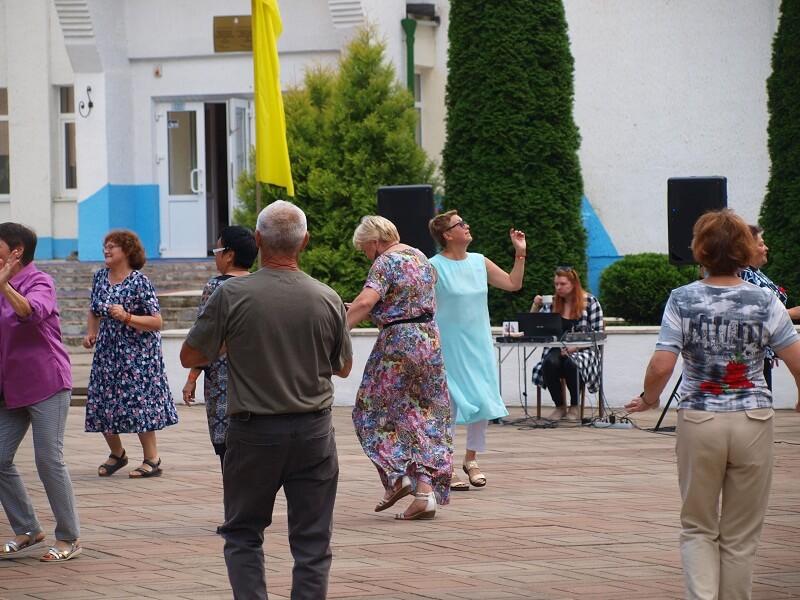 Wolna chwila więc wszyscy tańczą.