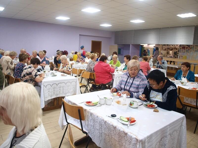"""Posiłki według dietetyki III wieku. """"O Boże – zawołała Ukrainka – to dawano mi w przedszkolu"""". Ale głodu nie było. Białorusini, jak widziałem w barach jadają mniejsze porcje niż my. Na ulicy widać to po sylwetkach tak kobiet jak i mężczyzn."""