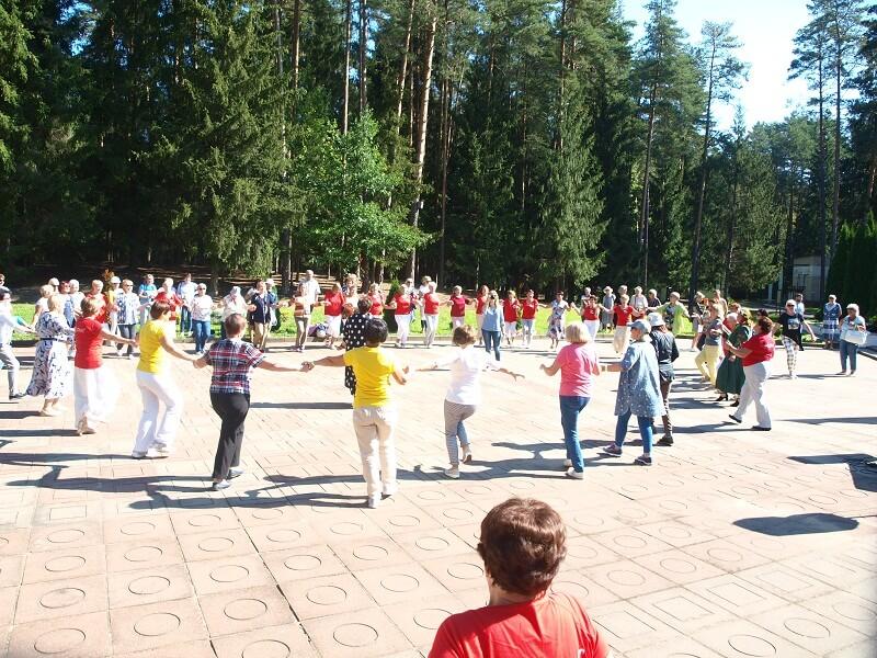 Spontanicznie zainicjowany radosny taniec integracyjny