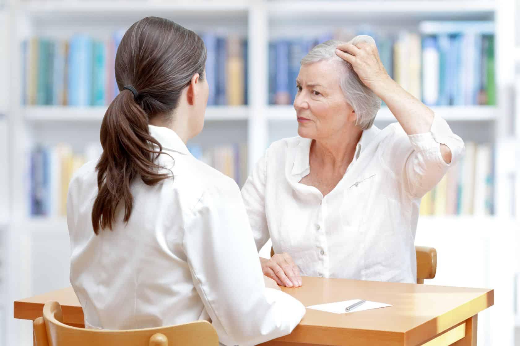 Dlaczego kobiety łysieją? Przyczyny i porady