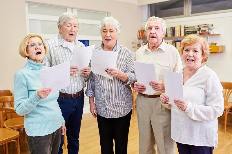 Senioren vom Seniorenchor singen bei Chorprobe im Altersheim zusammen