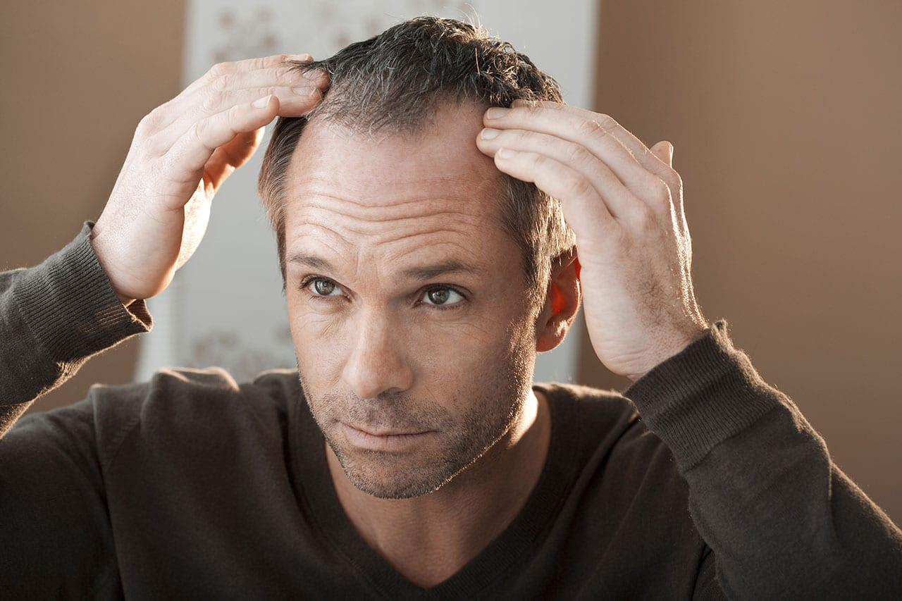 Seniorze masz problem z wypadającymi włosami? Zgłoś się do trychologa