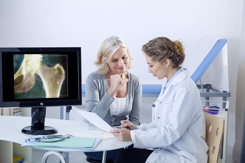 Kobiety dwa razy częściej korzystają z pomocy lekarzy i dzięki temu żyją dłużej!