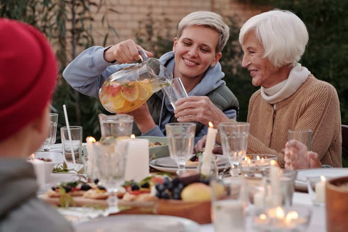 kolacja w ogrodzie z seniorem