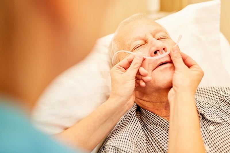 Pflegekraft kontrolliert die Sauerstoffbrille