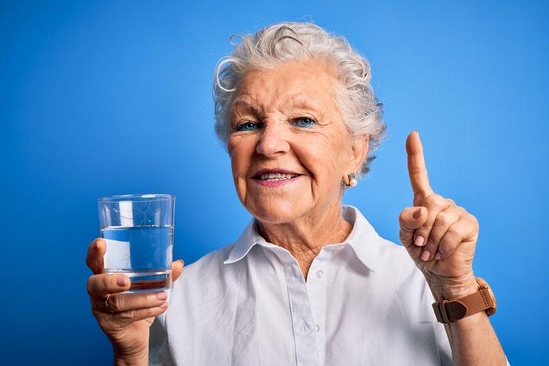 Nawodnienie w wieku senioralnym. Wskazówki i dobre nawyki dotyczące spożywania płynów.