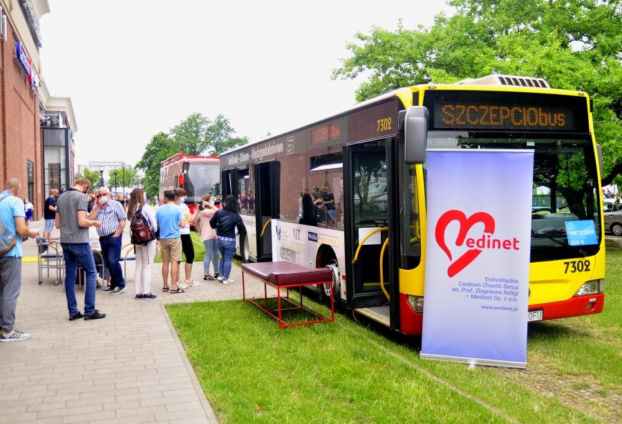 Szczepciobus jeździ po wrocławskich osiedlach. Zaszczepicie się w autobusie?