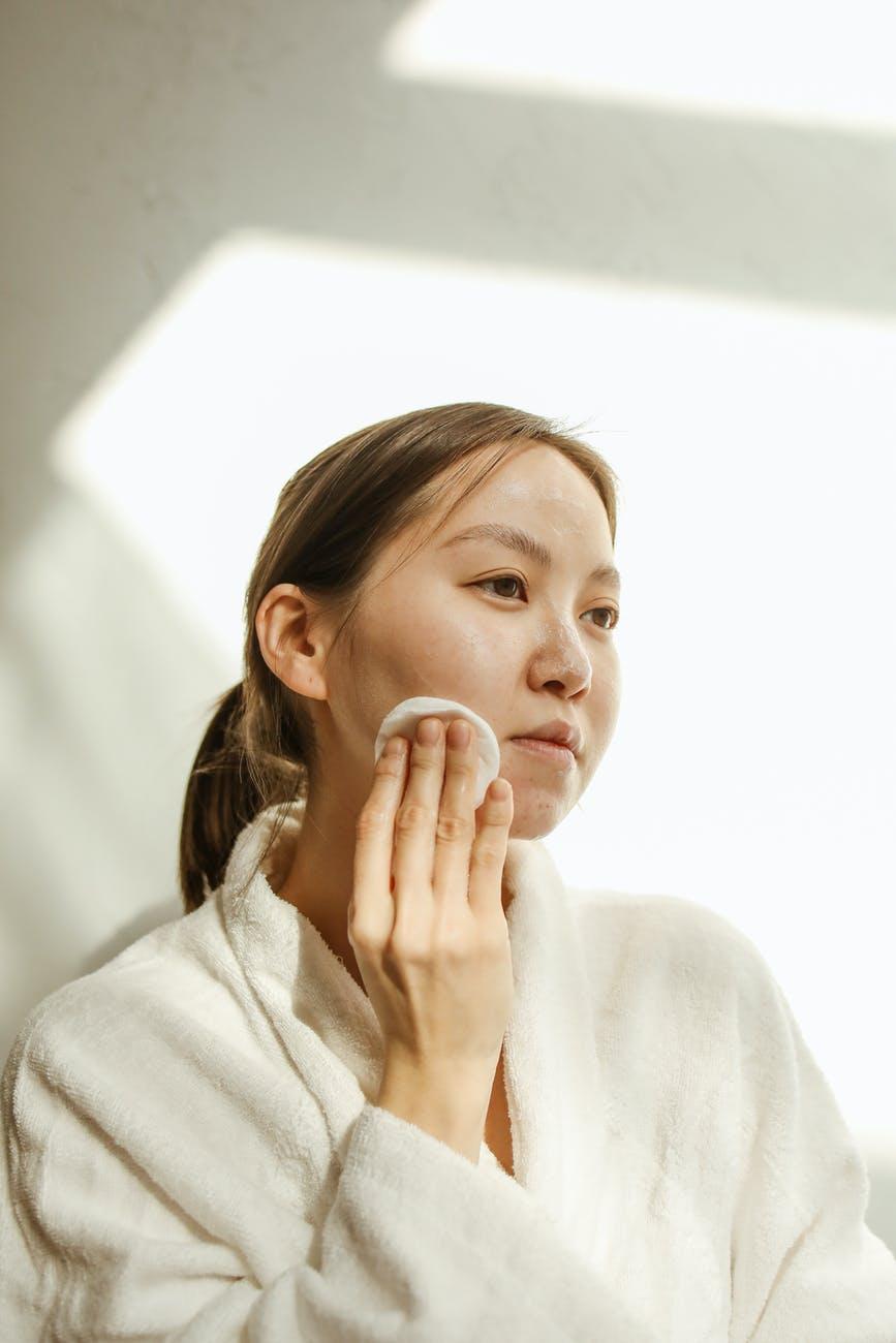 Peeling do twarzy i nie tyko – stwórz swoją wieczorną rutynę pielęgnacyjną
