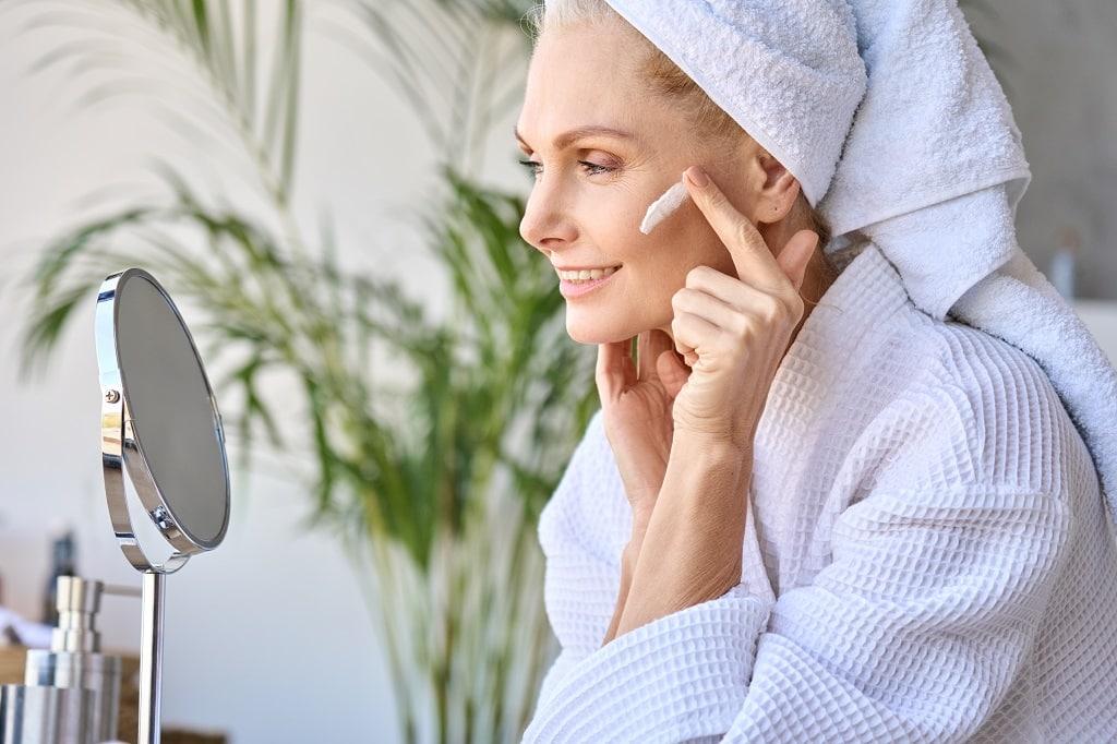 Pielęgnacja skóry w okresie menopauzy. Kosmetyki, które zatrzymują czas